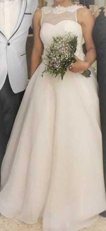 Vendo vestido de noiva feito para a ocasião e usado só uma vez.
