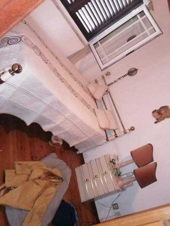 Cama de casal em ferro com estrado, colchão e 2 mesas de cabeceira