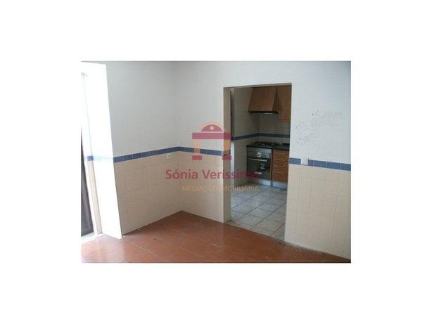 Moradia geminada, com dois pisos, tipologia T2 e duas cas...