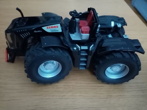Claas 5000 xerion. Traktor, maszyna rolnicza.