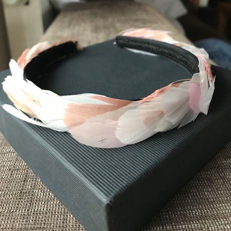 opaska na głowę z piór kolor różowo szary