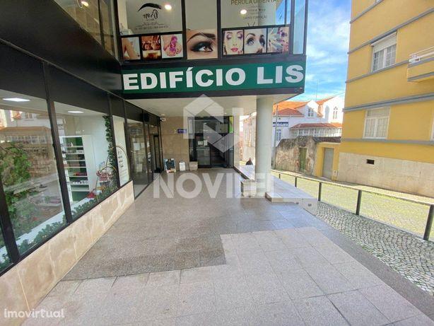 Escritório c/ 94 m2 dividido em gabinetes, localizado no ...