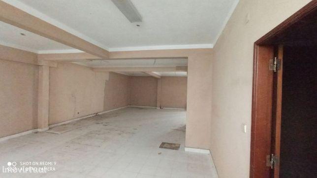 Armazém em cave de prédio habitacional na Serra das Minas