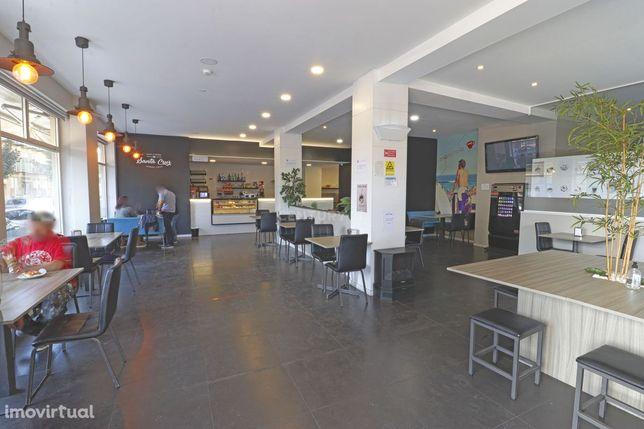 Café Snack-bar em frente à Escola Secundária totalmente remodelado com