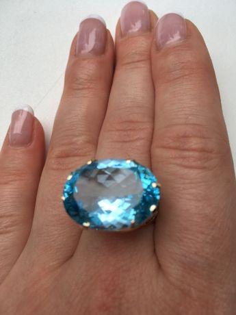 Продам женское золотое кольцо с крупным голубым топазом