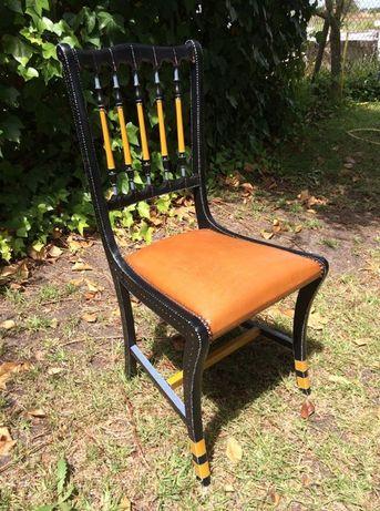 Cadeira pintada à mão com assento em cabedal.