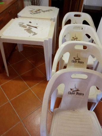 2 Mesas e 4 Cadeiras Plasticas