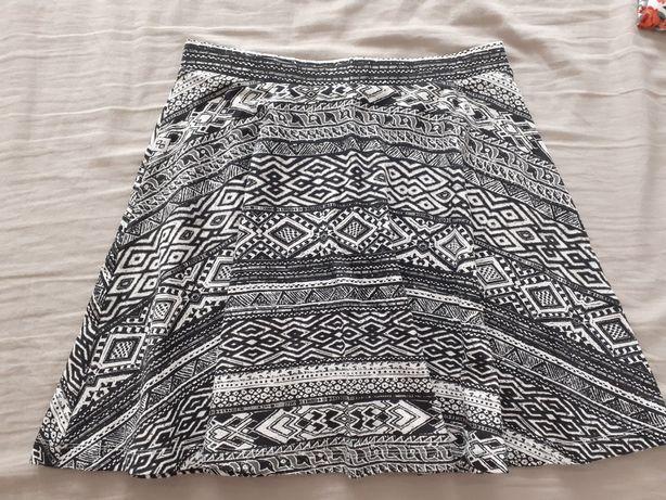 Krótka letnia czarno - biała spódniczka