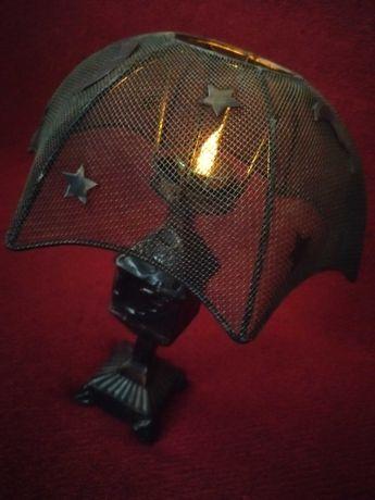Świecznik metalowy w kształcie lampki nocnej w stylu vintage