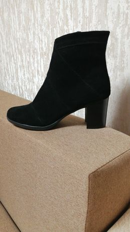 Продам женские ботинки замшевые.