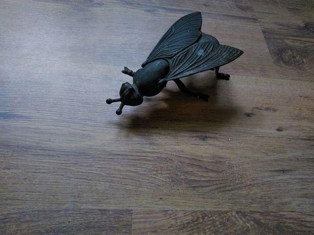 Popielniczka metalowa- owad ze skrzydłami