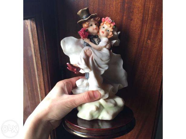 Peça decorativa marfinite casal de noivos