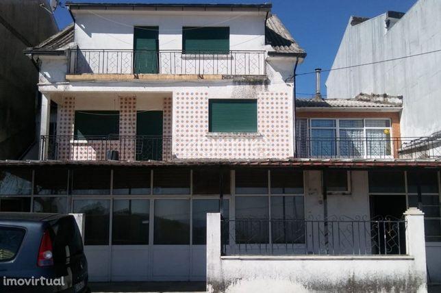 Moradia T6, com espaço comercial e terrenos em Torre de Moncorvo, B...