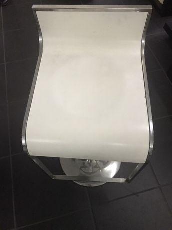 Cadeiras de balcão hidráulicas brancas