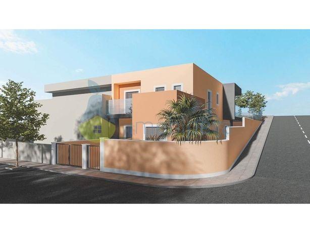 Moradia de arquitetura contemporânea, V4 com cave e pisci...
