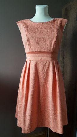 Sukienka brzoskwiniowa tłoczona wzorem vintage rozmiar m/l
