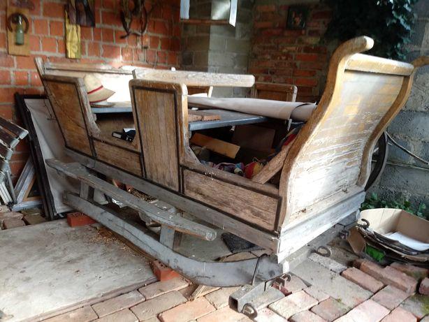 Stare sanie z dwiema ławkami