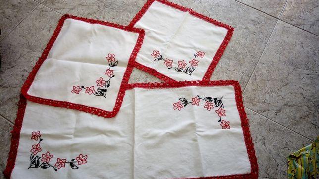 Panos bordados com crochê artesanal