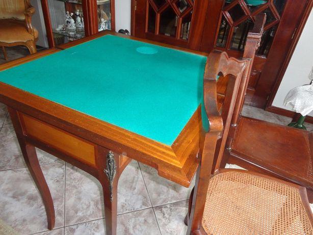 Mesa de jogo com tampo de duas faces