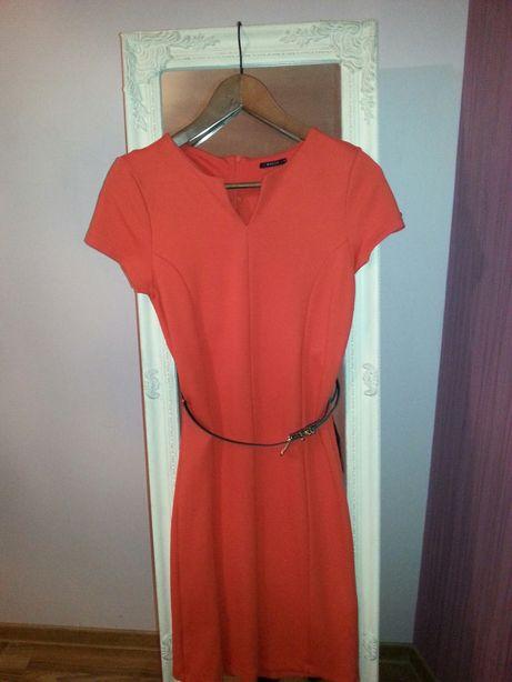 Czerwona sukienka ołówkowa z paskiem, firmy Mohito.
