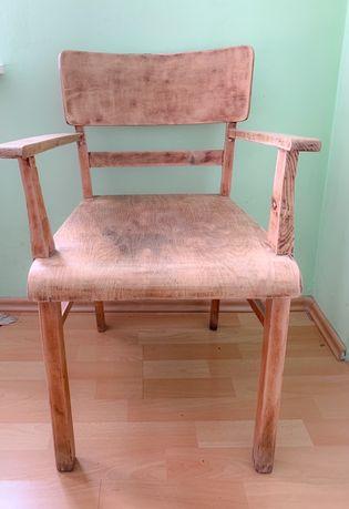 Fotel drewniany.