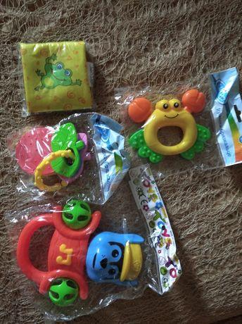Детские погремушки и игрушки