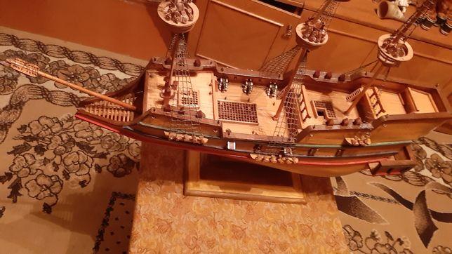 Модель корабля із дерева ручної роботи