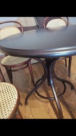 Stół i krzesła wyplatane z rattanu