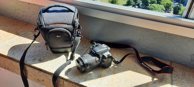 Aparat fotograficzny canon eos 100d z pokrowcem.