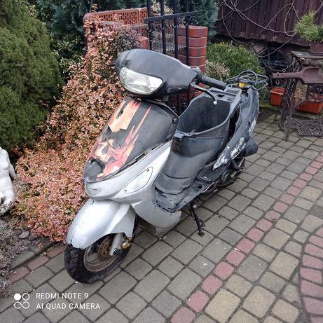 skuter na chodzie