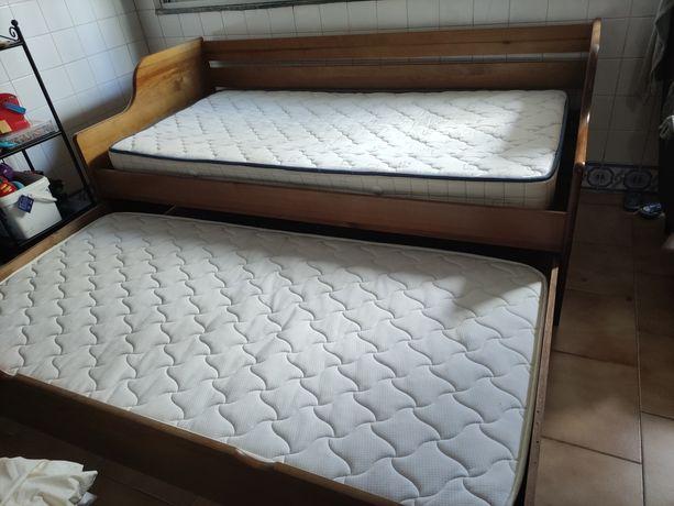 Cama dupla c/ colchões