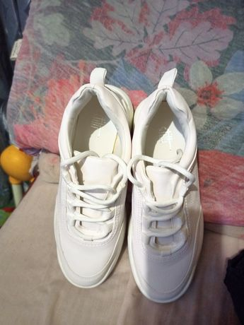 Кроссовки белые...