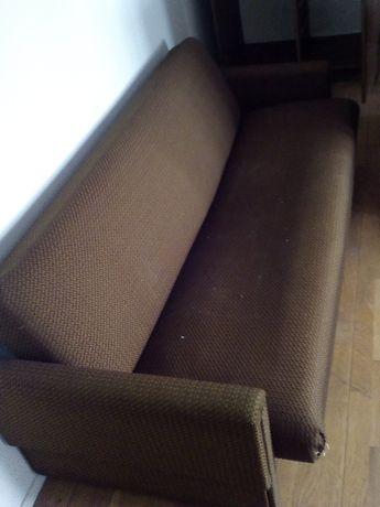 Używana brązowa kanapa