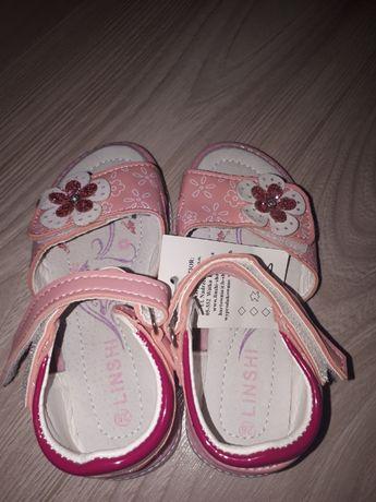 Nowe sandałki dla dziewczynki