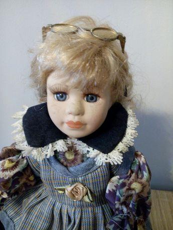 Lalka porcelanowa na stojaku dama
