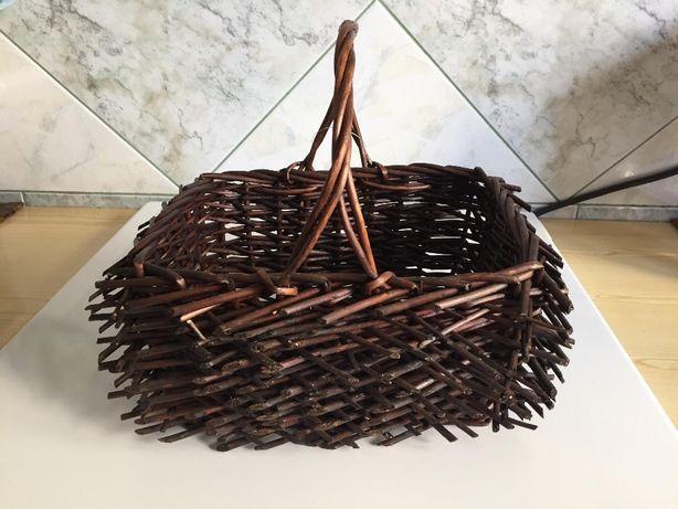Ciemno-brązowy koszyk z gałązek