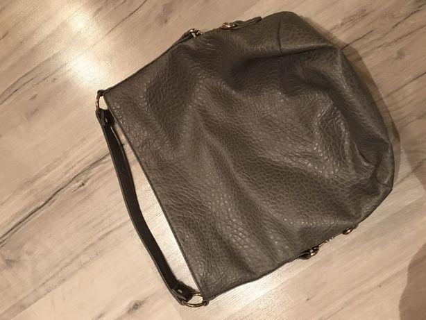 Szara torebka na ramie.