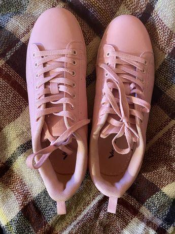 Удобные кросы с красивым пудровым цветом, идут размер в размер