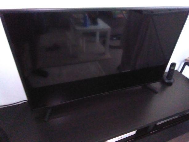LCD Samsung 43'' com ecrã partido no interior.