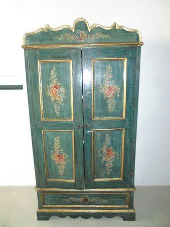 Armário antigo pintado à mão