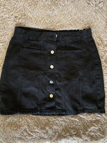 Czarna spódnica jeansowa zapinana na guziki