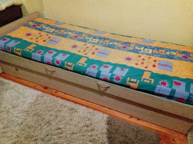 łóżko z materacem sprężynowym