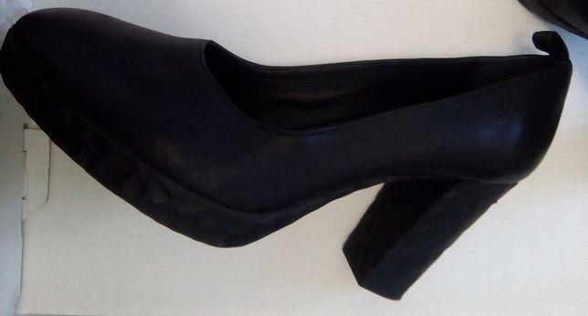 Туфлі жіночі шкіряні на каблуку.
