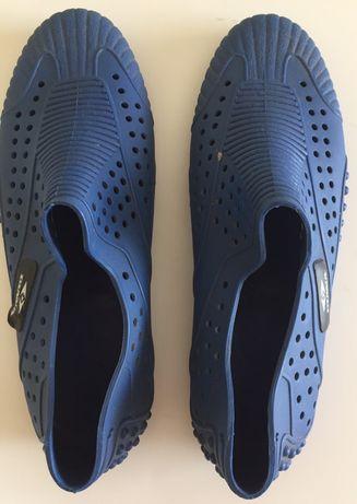 Sapatos em borracha azul para mar e areia
