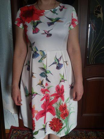 Яркое летнее женское платье