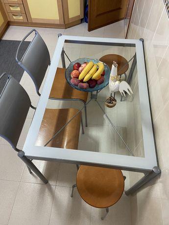 Mesa de cozinha em vidro e metal