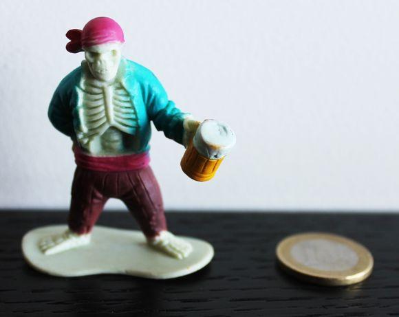 Boneco antigo esqueleto pirata com caneca de cerveja na mão