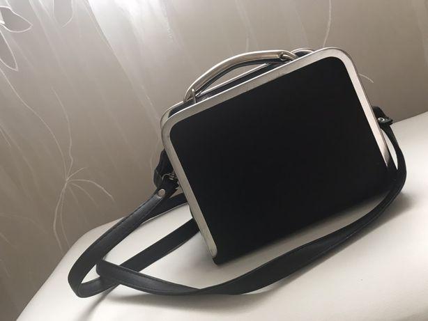 Czarna torebka listonoszka,kuferek