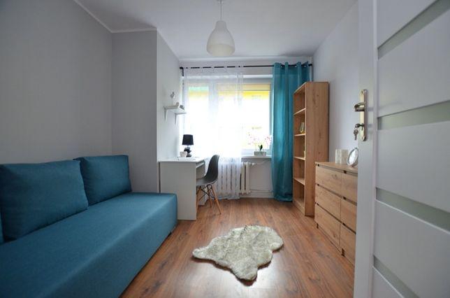 Z dużą wygodną wersalką, funkcjonalny pokój w nowy mieszkaniu