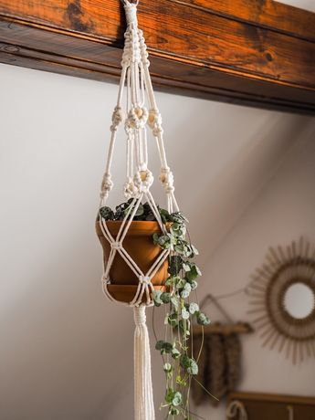 Makramowy kwietnik ze sznurka z koralami drewienkami drewnianymi